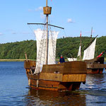 ... mit Holzschiffen (hier bei der Probe) ...