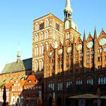 Rathaus und Nikolai-Kirche bilden das schönste Ensemble der Stadt.