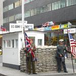 ... und beim Checkpoint Charlie in der Friedrichstraße.