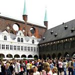 Lübeck hat aber mehr zu bieten, wie das eindrucksvolle Rathaus ...