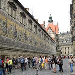 Der Fürstenzug an der Wand des Schloss-Stallhofes.