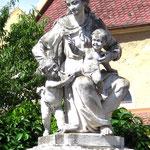 Mutter-Kind-Statue vor der Kirche