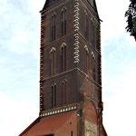 Während man das Langhaus einstürzen ließ, blieb der Turm der St.Marien-Kirche stehen und ist das Wahrzeichen der Stadt.