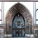 Das Portal der Nikolai-Kirche ...