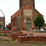 Nun wird am Wiederaufbau des Kirchenschiffes gearbeitet ...