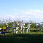 Die drei Tische mit der Halbinsel Jasmund im Hintergrund.