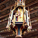 In der Heiliggeistkirche mit bemalter Holzdecke.