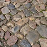 Sogar das originale mittelalterliche Kopfsteinpflaster ist noch teilweise erhalten, ...