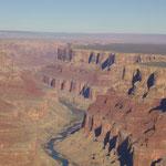 der Colorado schlängelt sich durch den Grand Canyon