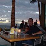 in einer Strandbar am Waikiki Beach