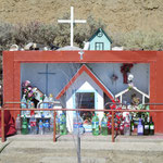 unterwegs fährt man immer wieder an Hütten vorbei, die die Gauchos errichtet haben. Für sie eine Art heilige Stätte.