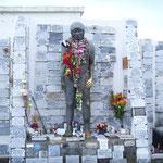 Denkmal des unbekannten Indianers mit vielen Dankestafeln.