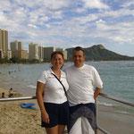 im Hintergrund der Waikiki-Beach