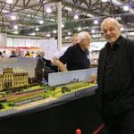 Herr von Ortloff hat mehr Augen für die Fotografin als für die Eisenbahn.