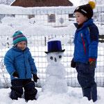 Matthias und Simon bauten einen Schneemann