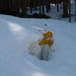 die Hinweisschilder sind vom vielen Schnee beschädigt