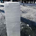 der Eismeister hat ein Stück ausgeschnitten, 15 cm dick ist das Eis