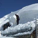 Durch die großen Schneemengen mussten auch Dächer vom Schnee befreit werden