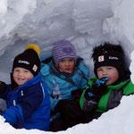 unsere Enkelkinder in der Schneehöhle