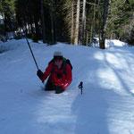 Hans und der Skistock vesinken im Schnee
