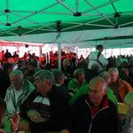 viele Besucher draußen unter den Zelten