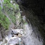 vorbei unter einem überhängenden Fels