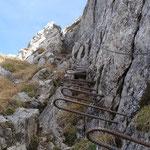Abstieg vom Gipfel über einen gesicherten Steig.