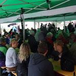 trotz Schlechtwetter viele Besucher draußen im Zelt....