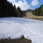 auf der Skipiste liegt teilweise noch Schnee