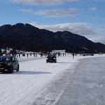Begleitfahrzeuge auf dem Eis