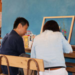 珈琲と額縁「Neki」さんにて 職人さんが作った額縁でできたコースターに見入ってます