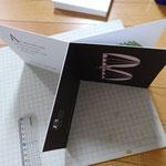 AのページとCのページをまず厚紙に貼り付け、その真ん中にBのページを貼り付ける。