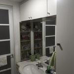 既存洗面台:収納量は十分だがボウルが狭く、閉鎖的な印象