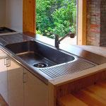 既存のステン流し天板を再利用、下段のキャビネットは新規に制作