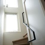 階段と共用スペースを明るくするための窓