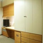 寝室収納:カバ材ベニアのオイル塗装・一部化粧板を使用。手前の白い扉部は押入スペースになっている。