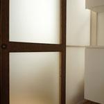 木質系パネルを使用した引き戸  戸袋は透過性のあるプラスチックパネル