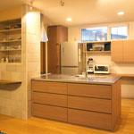 リビング側からのキッチンと食器棚