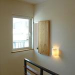 高いところにある換気窓の開閉をするためのスライドドア。