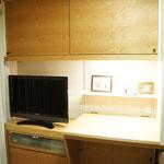 簡単な書き物や裁縫をするための作業机とTV台。