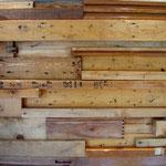 和室造作材、屋根・外壁下地材など、解体した木材を使ったレリーフ