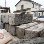 レトロ感たっぷりの札幌軟石 付着している古いモルタルはそぎ落としてきれいにします