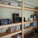 ベニアとツーバイ材の棚 と、年代物のステレオ