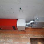 Lüftungsgerät, Schalldämpfer und Verteilung auf Decke platziert.