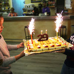 Judith Alcoberro y Álex Méndez sacan el pastel de Aniversario.