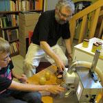 Micha und Simon füllen mit der neuen Abfüllmaschine den Honig aus den Kesseln in Gläser.