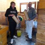 Jakob und Simon präsentieren im 2015 erbauten neuen Schleuderraum die prall gefüllten Waben