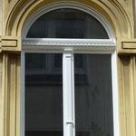 Rundbogenfenster mit Kämpferprofil, Stulpleiste und Kapitell