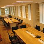 Konferenztische mit einer massiven Tischplatte aus 80mm dickem Eichenholz und eingelassenen Datenanschlüssen