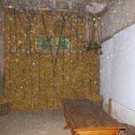Eine Wandseite mit Stroh gedämmt mir Babs Hilfe. Auf den Bildern snd mal wieder viele Orbs zu sehn. :)